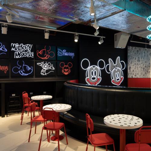 Mickey und Minnie dominieren das Café-Design