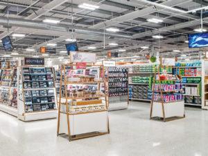 Die Sainsbury's-Filiale im Selly Oak Shopping Park in der Nähe von Birmingham ist ein neues, experimentelles Format der Supermarktkette, das über das Angebot der Standardfilialen hinausgeht.