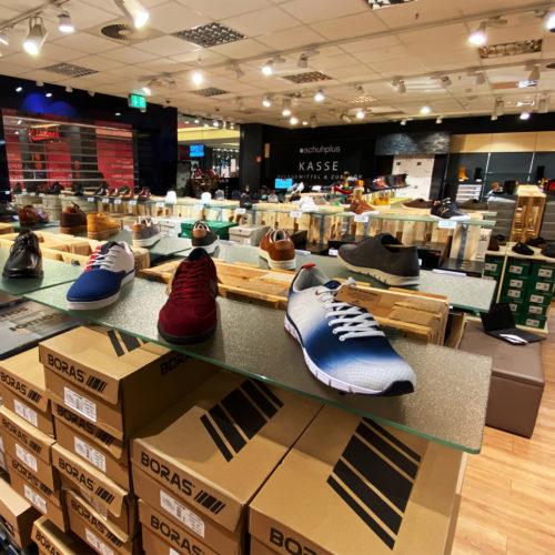 Bei Schuhplus in Hamburg gibt es Damenschuhe bis Größe 46 und Herrenschuhe bis Größe bis 54.