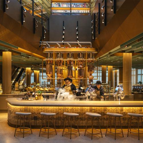 """Röster, Baristas, Bäcker und """"Mixologen"""" arbeiten in der Starbucks Reserve Roastery in Chicago"""