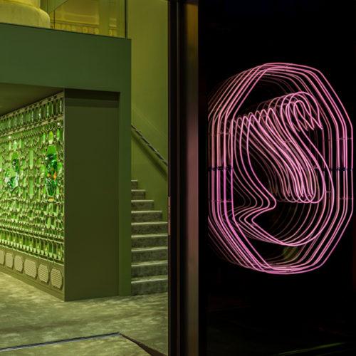 Eingangsbereich mit umgestaltetem Swarovski-Logo
