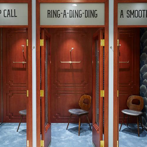 Öffentliche Fernsprecher in Telefonboxen als Umkleidekabinen