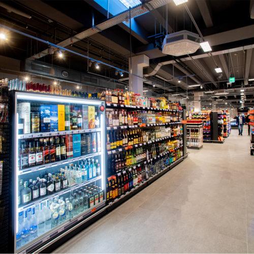 Die Getränkeabteilung ist in den Markt integriert.