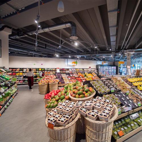 Üppig bestückte Obst- und Gemüseabteilung