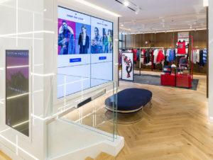 """Eine """"Shop-the-Look""""-Anwendung bietet kuratierte Outfits an, die Nutzer über einen Touch-Bildschirm in einen digitalen Warenkorb legen können."""