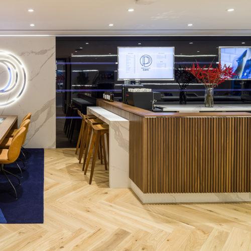 An den Sitzplätzen können Kunden bei Kaffee und Kuchen via Touchscreen im Online-Shop stöbern.