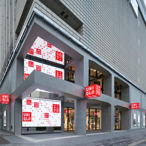 Uniqlo-Logo im Eingangsbereich des 4-stöckigen Stores in Ginza/Tokio