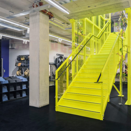Imposant: die neongelbe Treppe bei Weekday in London Shoreditch