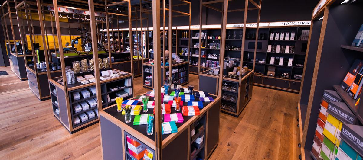 Der Ladenbau mit seiner markanten, hohen Holzkonstruktion vereint Funktionalität mit Designelementen und wurde speziell für den Concept Store entwickelt.