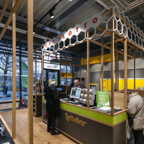 Neben der Lotto-Bar befinden sich die Checkout-Zone und die 40 Paketfächer des Partners Deutsche Post.
