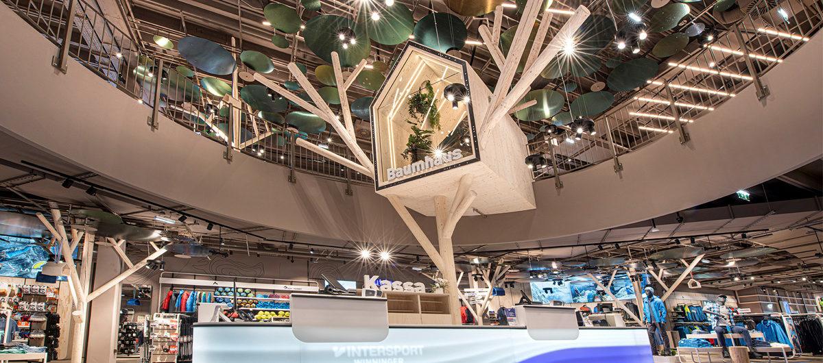Mit einem Baumhaus setzt Intersport in Wien Akzente.