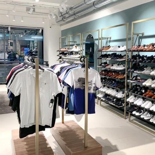 Mode und Accessoires in zurückhaltendem Ladenbau