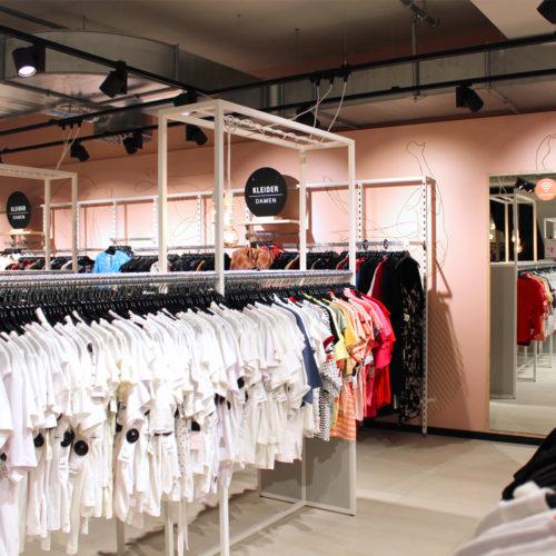 Stilisierte Damen-Silhouetten zieren die rosafarbene Rückwand