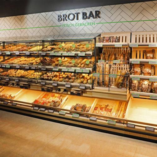 ...frische Backwaren an der Brot-Bar...
