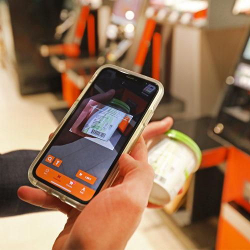 Kund:innen können auch eigenständig an Self-Checkout-Kassen zahlen.