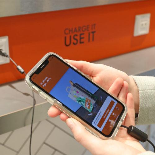 Zu den besonderen Services zählen USB-Ladestationen für das Smartphone.
