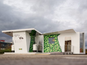 """Deutschlandweit erste """"Chargelounge"""" mit integrierter Schnelllade-Tankstelle auf dem Ludwigsburger Ikea-Parkplatz."""