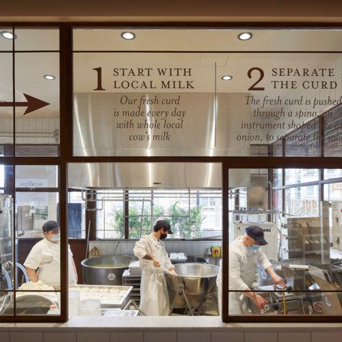 Durch die Glasfront können interessierte die Zubereitung der Speisen beobachten.