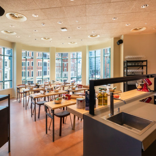 Viel Tageslicht erhellt die Kochschule im ersten Stockwerk.
