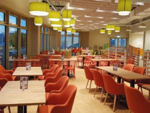Blick in den Restaurant-Bereich mit roten Sesseln.
