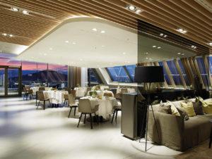 """Das """"Johanns"""" bei Garhammer bietet seinen Gästen eine Dachterrasse und eine sehr schöne Aussicht, die zum Stimmungsvollen beiträgt."""