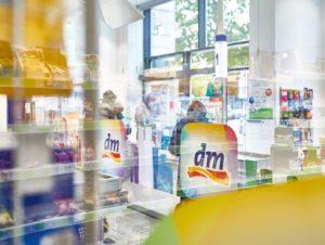 Hygienemaßnahmen im dm-Markt: Plexiglas-Einhausung an den Kassen.