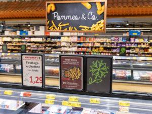 Kategorieschilder und Displays mit Produktinformationen bieten eine bessere Orientierung und Inspiration.