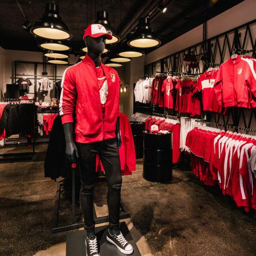 Charakteristische Rot- und Weißtöne prägen die Verkaufsfläche.