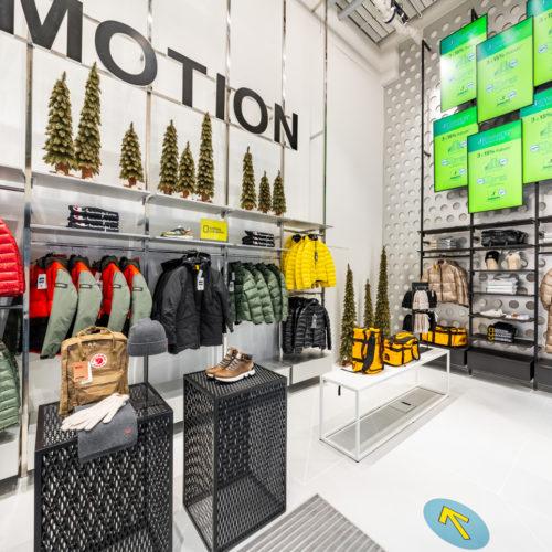 Digitale Bildschirme unterstützen die Warenpräsentation.