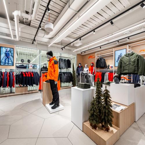 Helle Farben bestimmen das Store-Design in der Outdoor-Abteilung.