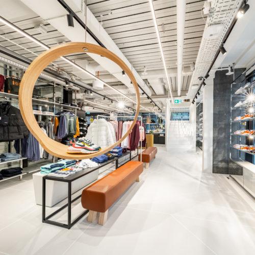 Die Sneaker werden auf Ringen in Holzoptik inszeniert.