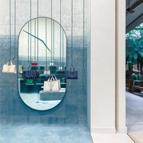 Der blaue Teppich bedeckt Boden und Wände...