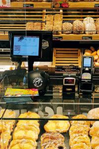 In den Filialen der Bäckerei Hardt sind die Zahlungsterminals an der Theke befestigt.