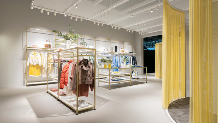 Der Gemeinschaftsstand von Ansorg/Visplay/Vizona auf der EuroShop demonstrierte die Symbiose aus Licht und Ladenbau, hier im Bereich Fashion.