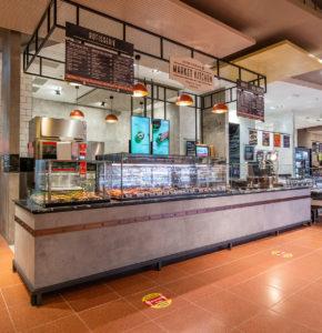 Frisches Brathähnchen, Suppen und Paninis erhalten Kunden an der offenen Küche.