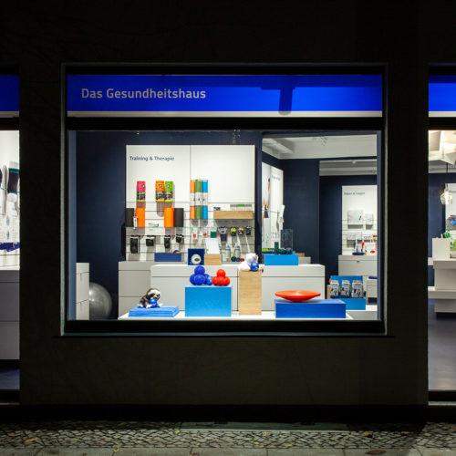 Eine Neuheit: Statt die Schaufenster durch Rückseiten von Vitrinen zu verschließen, sind die Läden nun auch von außen einsehbar.