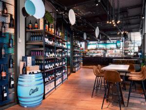 """Die """"Blended Bar"""" bietet Drinks und Angebote passend zu den Bridge-Mottos, darunter Weine, Craft Beers und fertig gemixte Cocktails."""