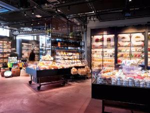 Kund:innen können sich eine Auswahl verschiedener Käsesorten aus der Abteilung in die Bar liefern lassen.