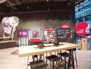 Heller Boden und dunkle Decke schaffen im Telekom Experience Store einen wirkungsvollen Kontrast.