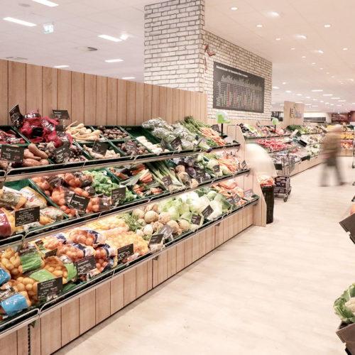 Die Obst- und Gemüseabteilung wirkt in sich geschlossen und lädt die Kunden zum Verweilen ein.