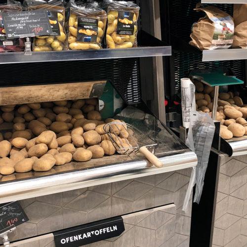 Die losen Kartoffeln werden dunkel gelagert und über eine Kartoffelhebemaschine ausgegeben.