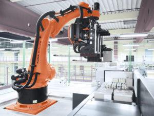 Pro Roboterzelle kann die vollautomatische Kommissionierlösung ACPaQ bis zu 1000 Kartongebinde pro Stunde an der von der Palettierungssoftware vorgegebenen Position stapeln.