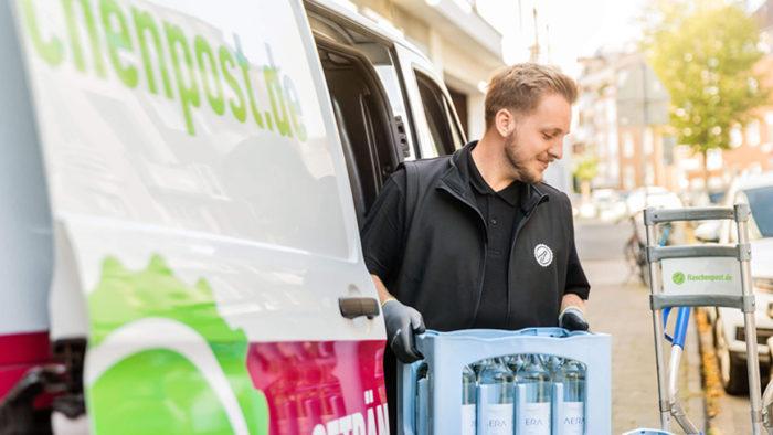 Die Getränkelieferdienste Flaschenpost und der zur Oetker-Gruppe gehörenden Dienst Durstexpress treten künftig einheitlich unter der Marke Flaschenpost auf.