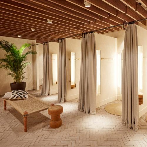 Holz dominiert auch bei den Umkleidekabinen.