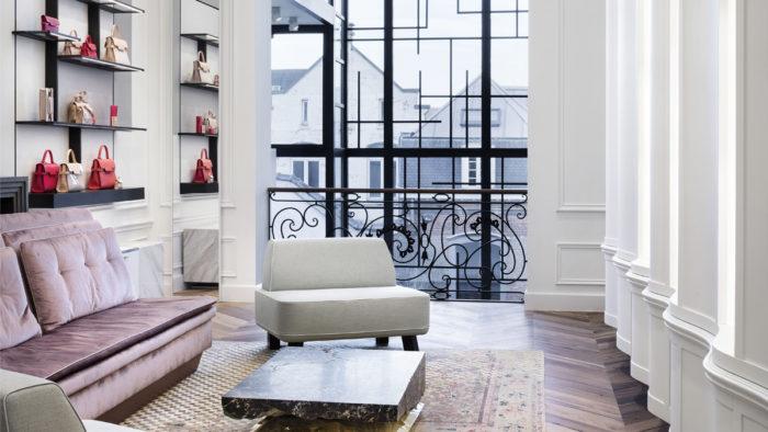 Die Wanddisplays sind eine Hommage an das Mondrian-Muster.