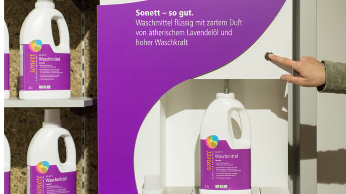 """Das Behälter-Auffüllsystem """"Liquid Dispenser"""" von Umdasch ermöglicht die Wiederverwendung von Verpackungen."""