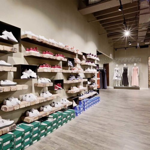 Die Sneaker-Wand aus echtem Beton mit echten Klinkersteinen als Ablage (Foto: Paul Schimweg)