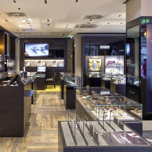 Juwelier Christ, Hamburg: An mehreren Touch-Points im Storekönnen sich die Kunden über Marken-, Produkt- und Servicethemen informieren und inspirieren lassen. (Foto: Christ)