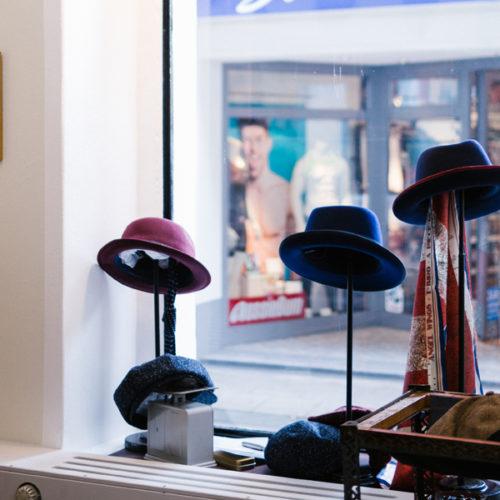 Das Geschäft beherbergt eine Auswahl an Herren- und Damenhüten der Marken Diefenthal & Sohn, Diefenthal & Tochter und Mossant, außerdem Accessoires wie Handschuhe, Tücher, Schreibgeräte und Taschenmesser. (Foto: Diefenthal)
