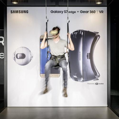 Samsung Mobile Store Frankfurt: Zum Bungee-Jumping in den Samsung-Store. Dank VR-Technologie lassen sich Outdoor-Events indoor erleben. (Foto: Samsung)